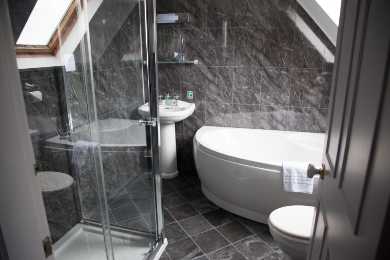 En Suite Bathroom With Separate Toilet: The Heart Of Argyll Tourist Information